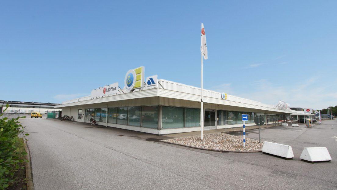 Hoffs Möbler AB säljer Hoffs Fastighets AB, som äger fastigheten Trelleborg Snickeriet 4 till Acrinova AB.